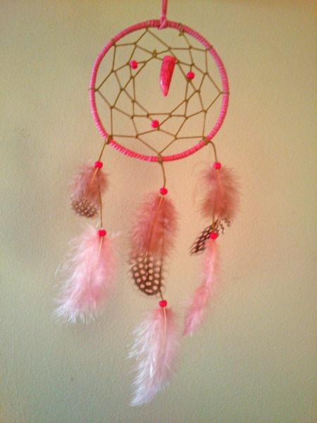 atrapasueños objeto ritual de los indios de Norteamérica color rosa