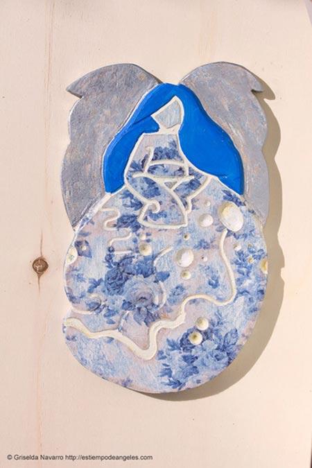 ángel de la guarda tallado en madera color azul