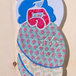 ángel de madera color azul y fucsia decoupage