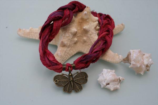 pulsera de seda india granate con colgante mariposa con
